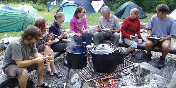 Gesellige Runde am Lagerfeuer, Biwakplatz Steyrsteg im Nationalpark Kalkalpen
