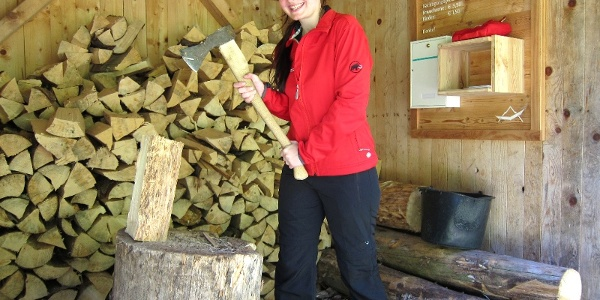 Feuerholz lagert in der Hütte, Biwakplatz Steyrsteg im Nationalpark Kalkalpen