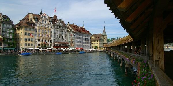 Blick von der Kapellbrücke auf die Altstadt.