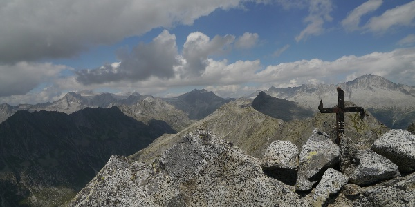 Das kleine Gipfelkreuz am Corno di Grevo