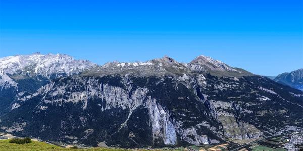Blick von der gegenüberliegenden Seite auf das Calanda Massiv
