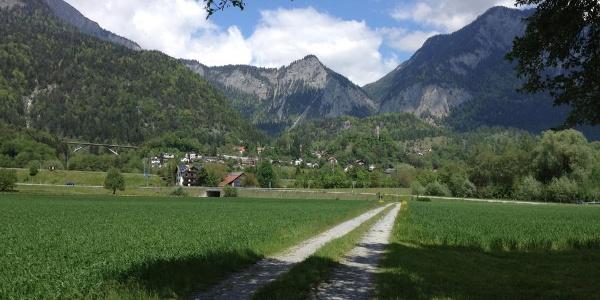 Feldweg mit Blick Richtung Tamins und Kunkelspass