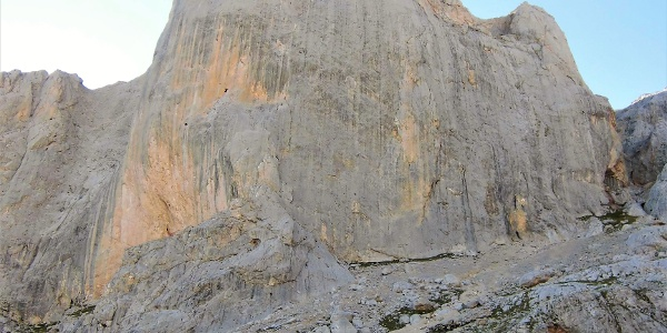 Mächtig thront die 500 m hohe Westwand des Picu Urriellu über dem Refugio.