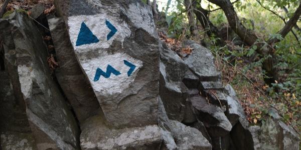 A Newton-sziklán találjuk a jelzéseket