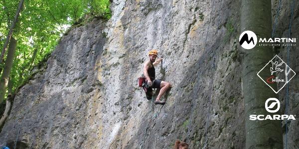 steile, mit Löchern übersähte Schlosszwergwand