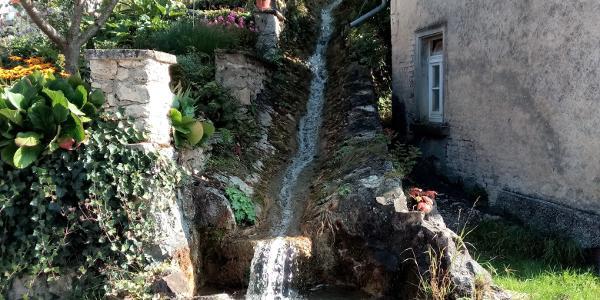 Mühlen, Wasserrinne mit Brunnen