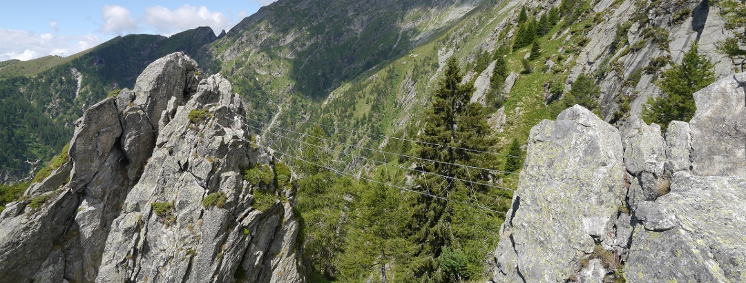 Die Hängebrücke der Via Ferrata dei Tre Signori leitet zur Via media di collegamento über.