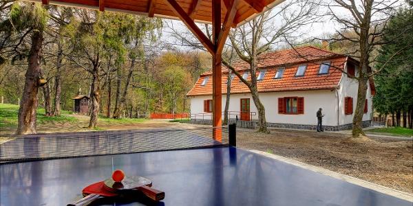 Pingpongasztal és csocsó is van a Szalajka-ház udvarán
