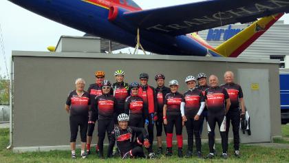 Die E-Bike und Velogruppe am Start zu der Tour