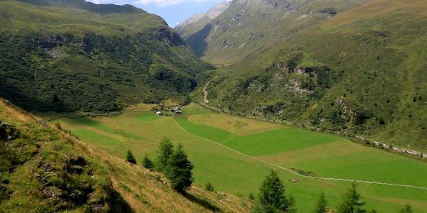 Die grüne Ebene von Faller mit den Häusern von Plang.