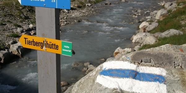 Weiss-blau-weiss markiert zur Tierberglihütte.