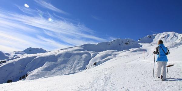 Gut präparierter Winterwanderweg auf den Strelapass.