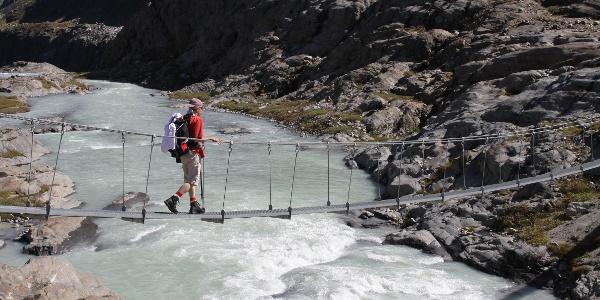 Hängebrücke über den Gletscherbach.