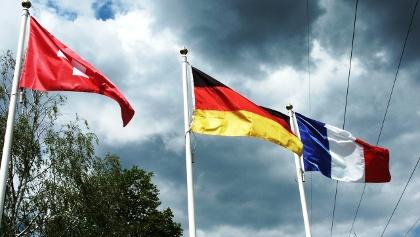 die Landesfahnen der drei Gastgeber-Länder