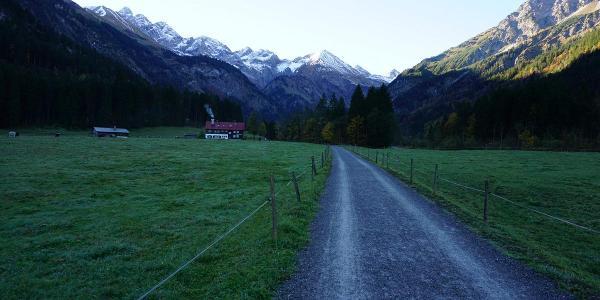 Weg vom Parkplatz nach Anatstein  (hinten) und weiter nach Bigsau