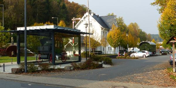 Start vom Parkplatz am Bhf Netphen-Deuz. Links der Nachbau des ersten Omnibusses der Welt.