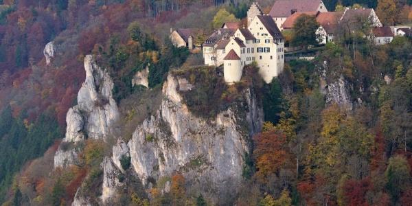 Blick vom Bischofsfelsen auf Schloss Werenwag