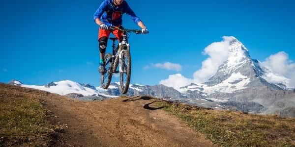 Mit dem Bike unterwegs und stets das Matterhorn (4'478 m) im Blick