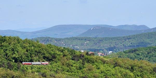 A Kis-Hárs-hegyi vasúti kilátóhelyen haladó szerelvény a Tündér-szikláról
