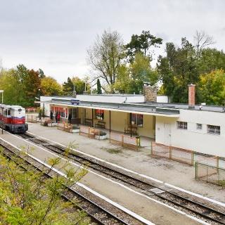 Az állomás a Hárs-hegy lejtőjéről