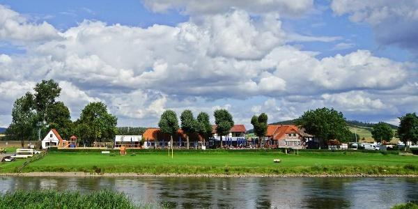 Das Grohnder Fährhaus von der Weser betrachtet