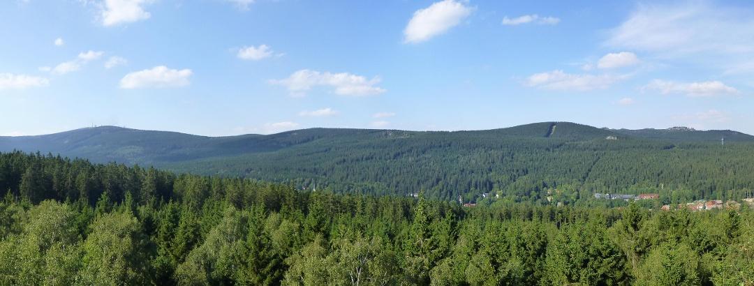 Blick auf den Brocken, den Feuerstein und die Hohneklippen von der Schnarcherklippe