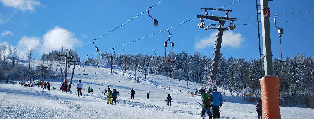 Munteres Treiben im Skigebiet Geißkopf