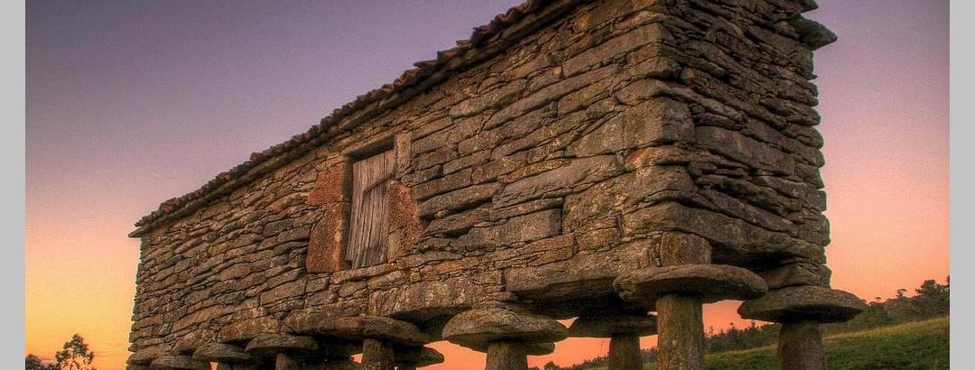 Die sogennanten Hórreos sind eine beliebte Touristenattraktion in Galicien