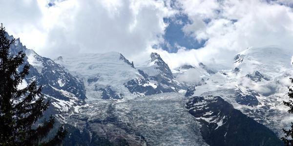 Wegen der Büume nicht oft zu sehen: Mont Blanc und Aiguille du Midi