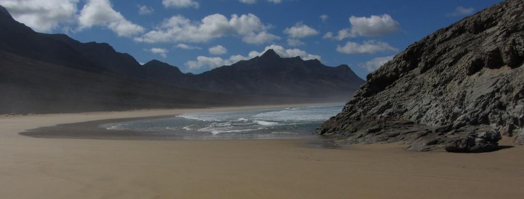 Der Strand von Cofete von der Halbinsel El Islote aus gesehen