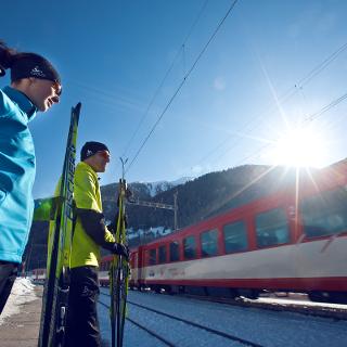Plusieurs possibilités de prendre le train de la Matterhorn Gotthard Bahn le long de la Rottenloipe
