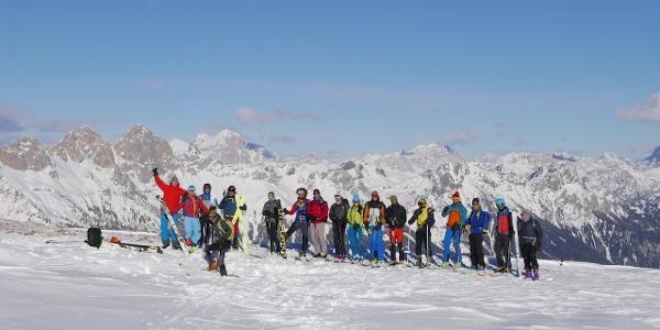 gruppo di scialpinisti in vetta