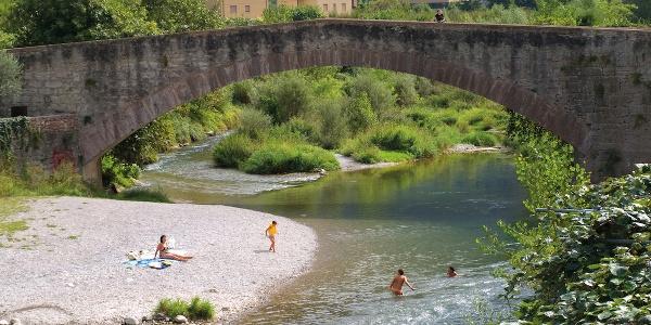 """Der Strand unter der """"römischen Brücke"""" in Ceniga"""