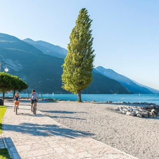 The cycle path in Torbole, beside the beach