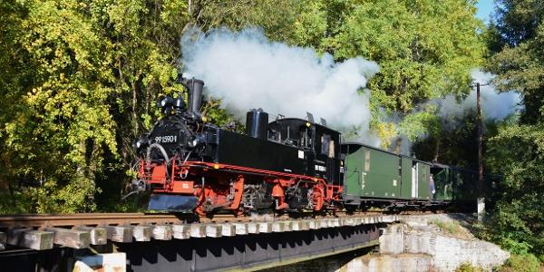 Lok IV-K 99 1590-1 mit Personenzug bei Einfahrt in den Bhf Schlössel auf der Brücke über das Schwarzwasser