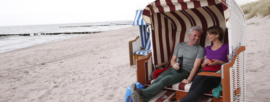 Picknick im Strandkorb an der Ostseeküste