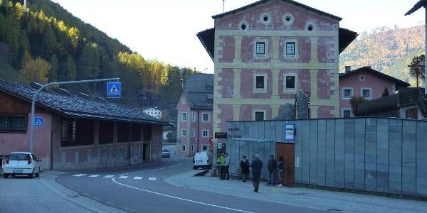 Bushaltestelle vor dem Bergbaumuseum Steinhaus -  Fermata dell'autobus di fronte al Museo Minerario in Cadipietra