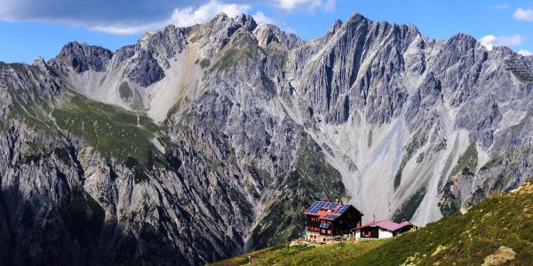 Kaltenberghütte, im Hintergrund die Erzberge