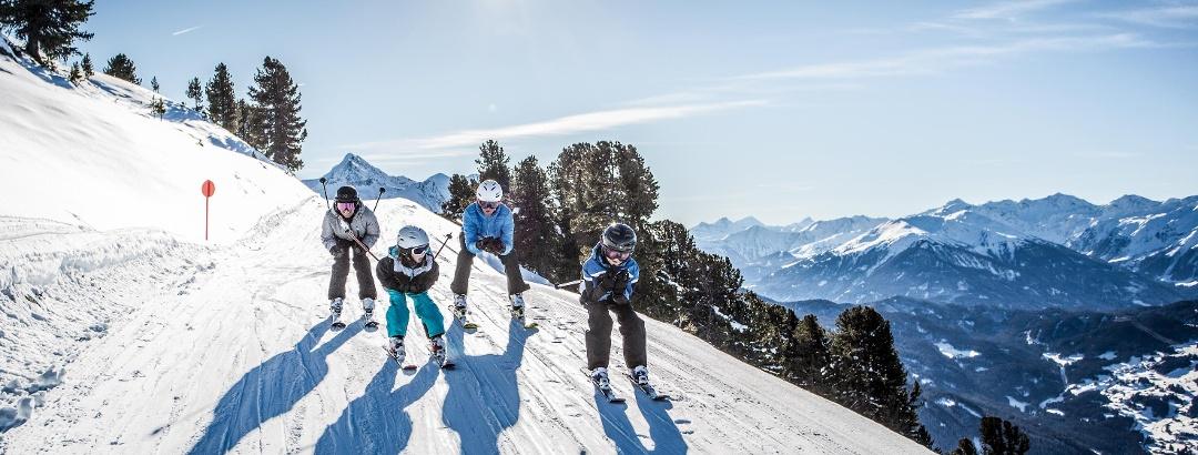 Familie auf den Pisten des Skigebiets Hochzeiger