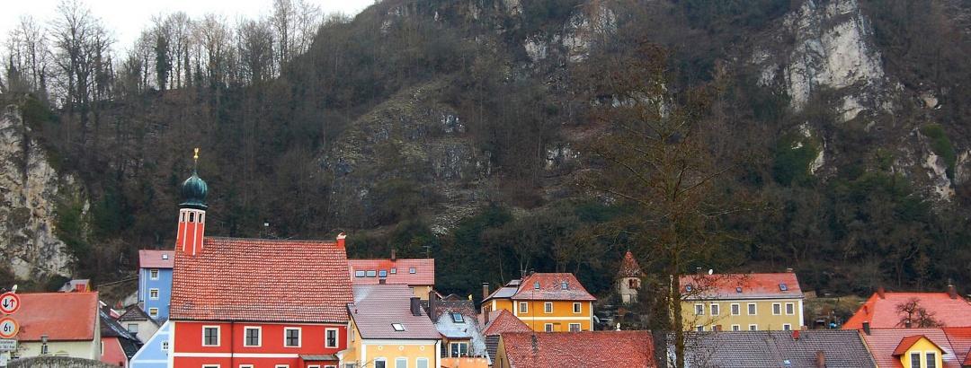 Häuser am Flussufer der Vils