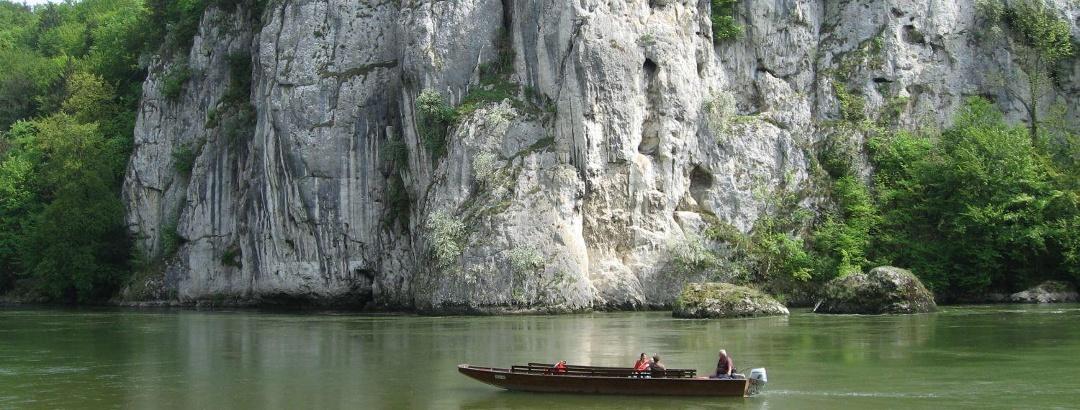Zillenfahrt auf der Donau oder Übersetzen über die Donau am Kloster Weltenburg am Donaudurchbruch