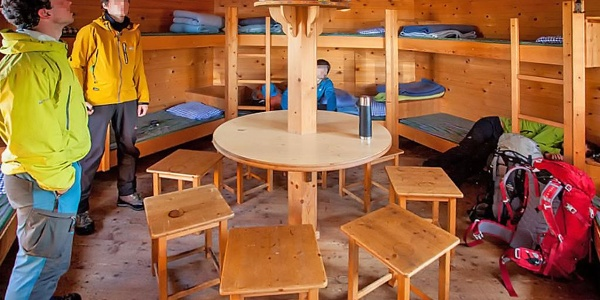 Innenraum der Notunterkunft am Wildalmkirchl mit acht Schlafplätzen