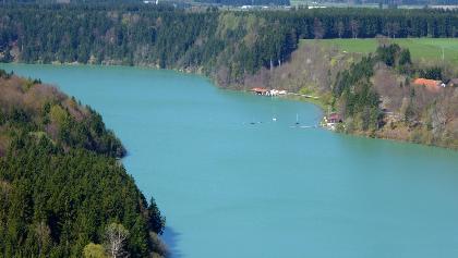 Eindrucksvoller Blick vom Kalvarienberg auf den Lechstausee mit Segelclub und Bootshaus (Sommergastronomie)