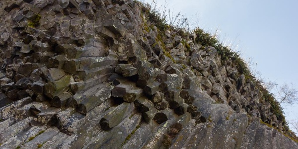A sokszögű bazaltoszlopok alulról