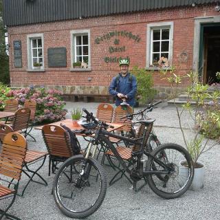 die Bergbaude lädt zur Pause, mit Bike-Kollege