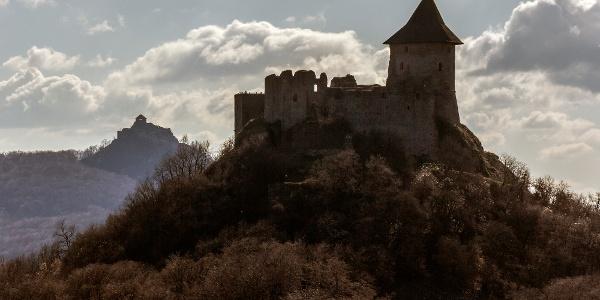 Az előtérben Somoskő, hátul Salgó vára