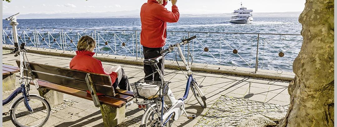 Radfahrer an der Seepromenade der Stadt Meersburg