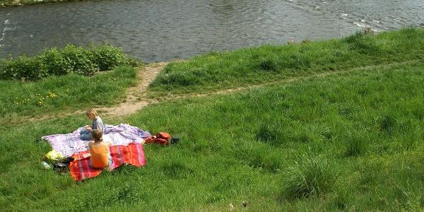 Schöner Picknickplatz am Fluss Wiese.