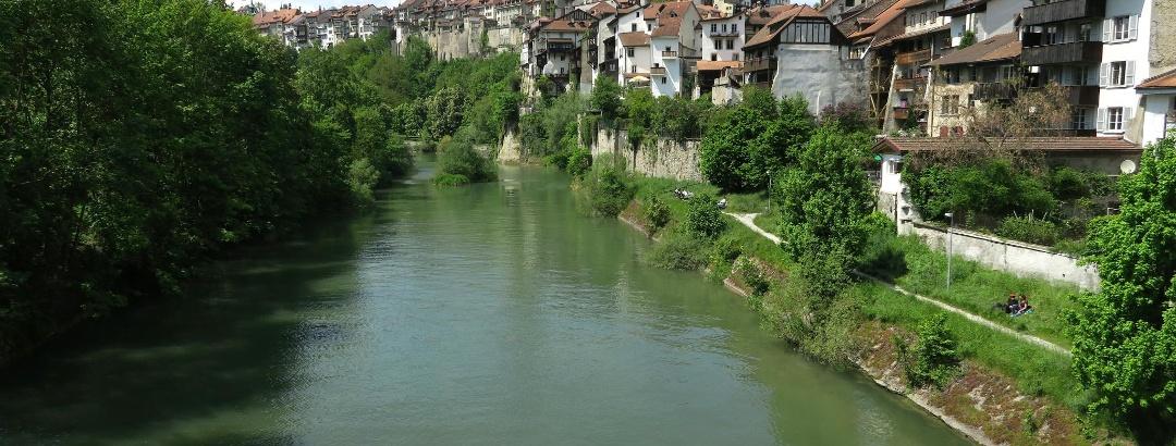 Blick auf die Altstadt von Fribourg mit der Saane.