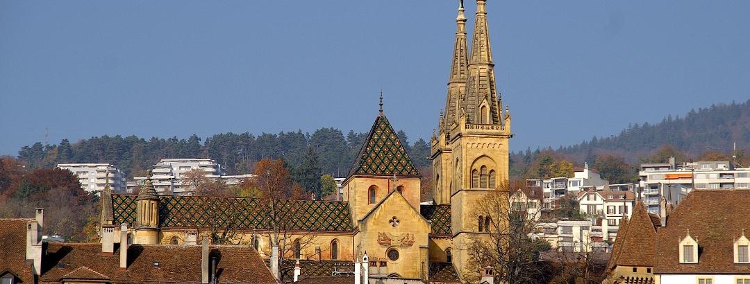 Stadtsilhouette von Neuchâtel mit Stiftskirche